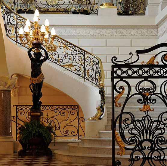 Delisle restored a sumptuous bronze and marble floor lamp that now graces the access to the Grand Staircase.